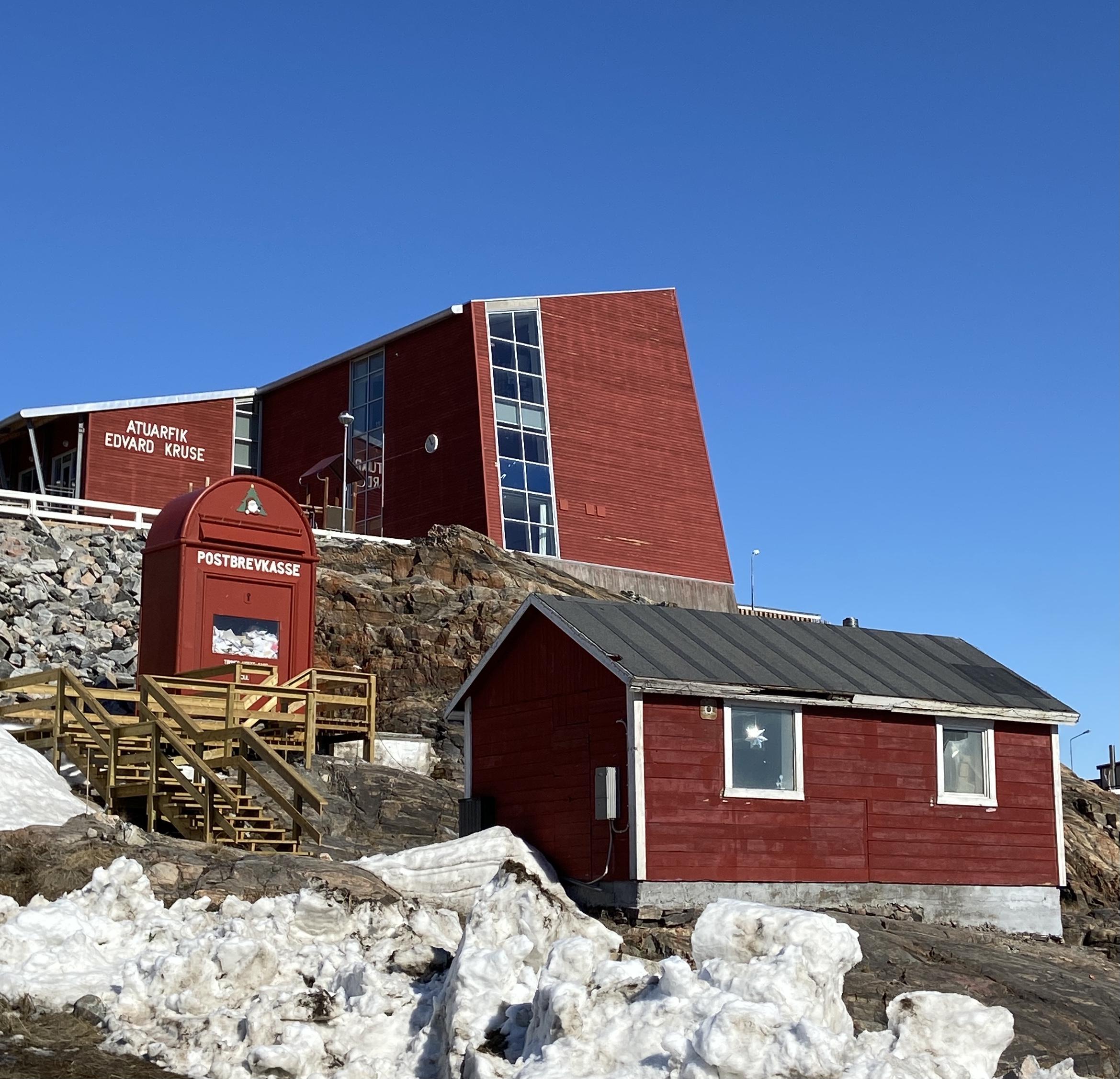 Julemandens kæmpestore postkasse i Uummannaq Centrum. Tømmes én gang om året.